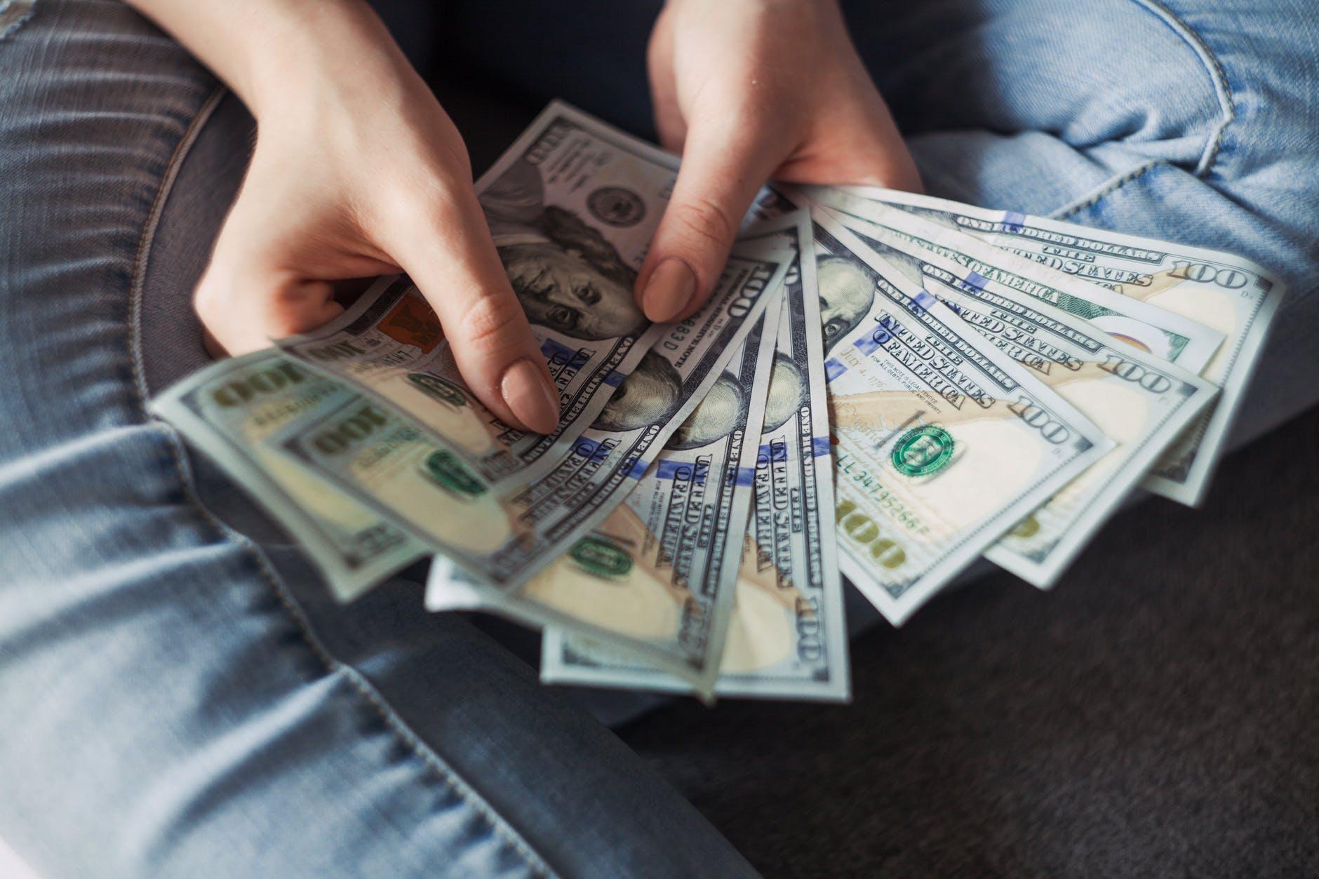 americké dolary v rukou