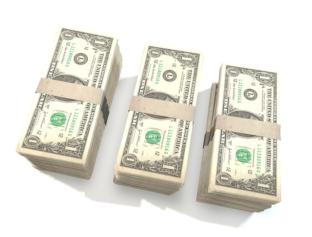 balíčky peněz, dolary
