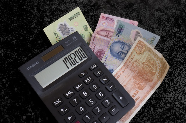 bankovky pod kalkulačkou