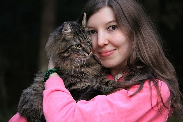bruneta s kočkou