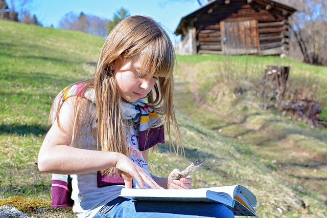 dívěnka s knihou