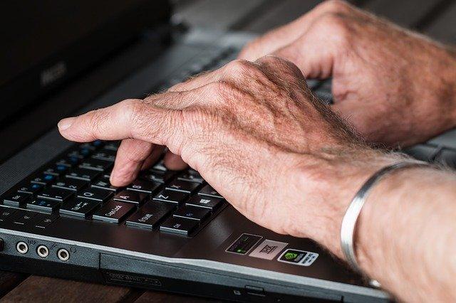 ruce postižené artritidou