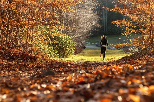 děvče běh les