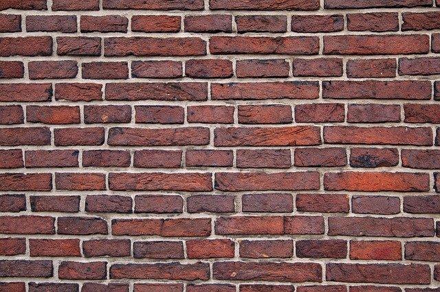 zeď z cihel plných pálených