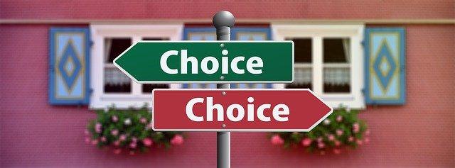 """nápisy """"volba"""" na červené a zelené značce ukazující do jiných směrů"""